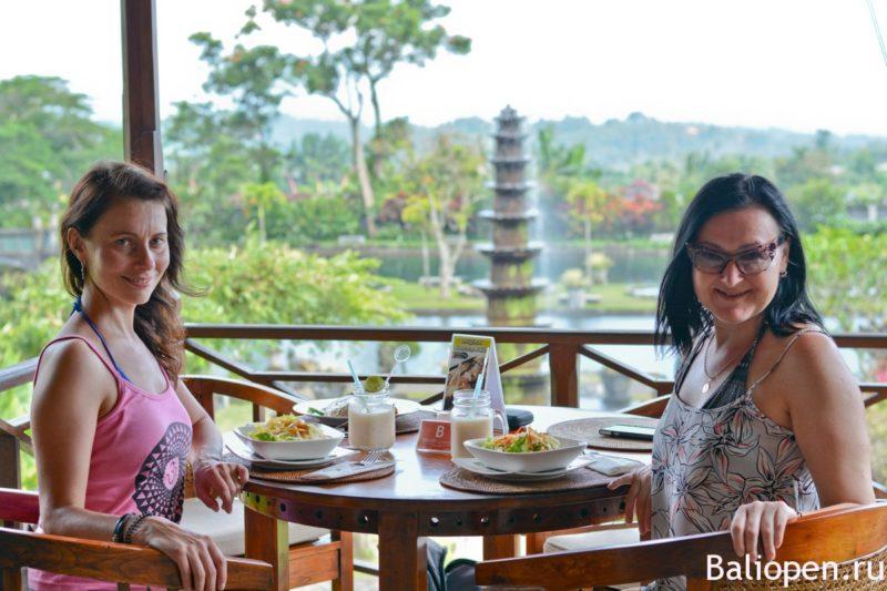 Королевский ресторан с видом на водный дворец Тирта Ганга