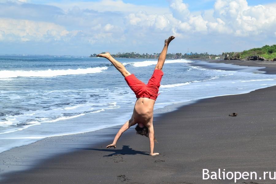 Красивый пляж с черным песком - Полнолуние (Pantai Purnama).