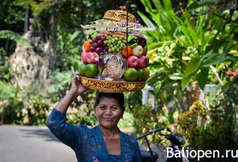 Женская магия на острове на Бали. Подношения богам и демонам, смысл и значение.