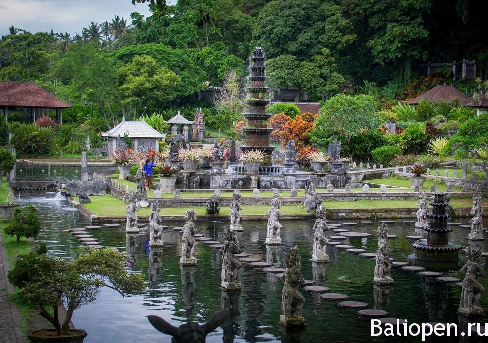 Водный дворец Тирта Ганга (Tirta Gangga) - красиво и живописно.