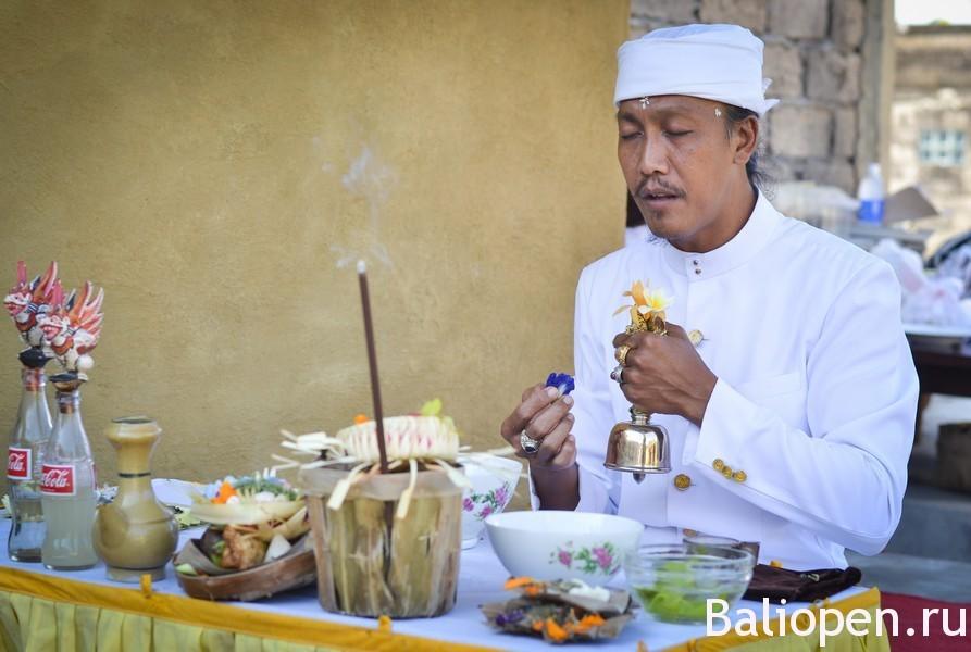 Балийские святые люди. Мангку и Педанта. Разбираем, кто есть кто.