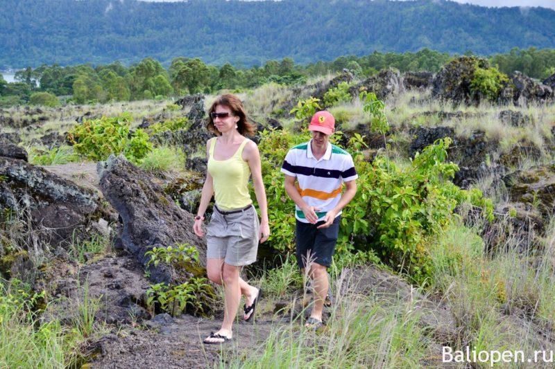 Прогулка по застывшей лаве внутри древнего вулкана.
