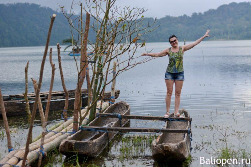 Древняя лодка на озере Тамблинган