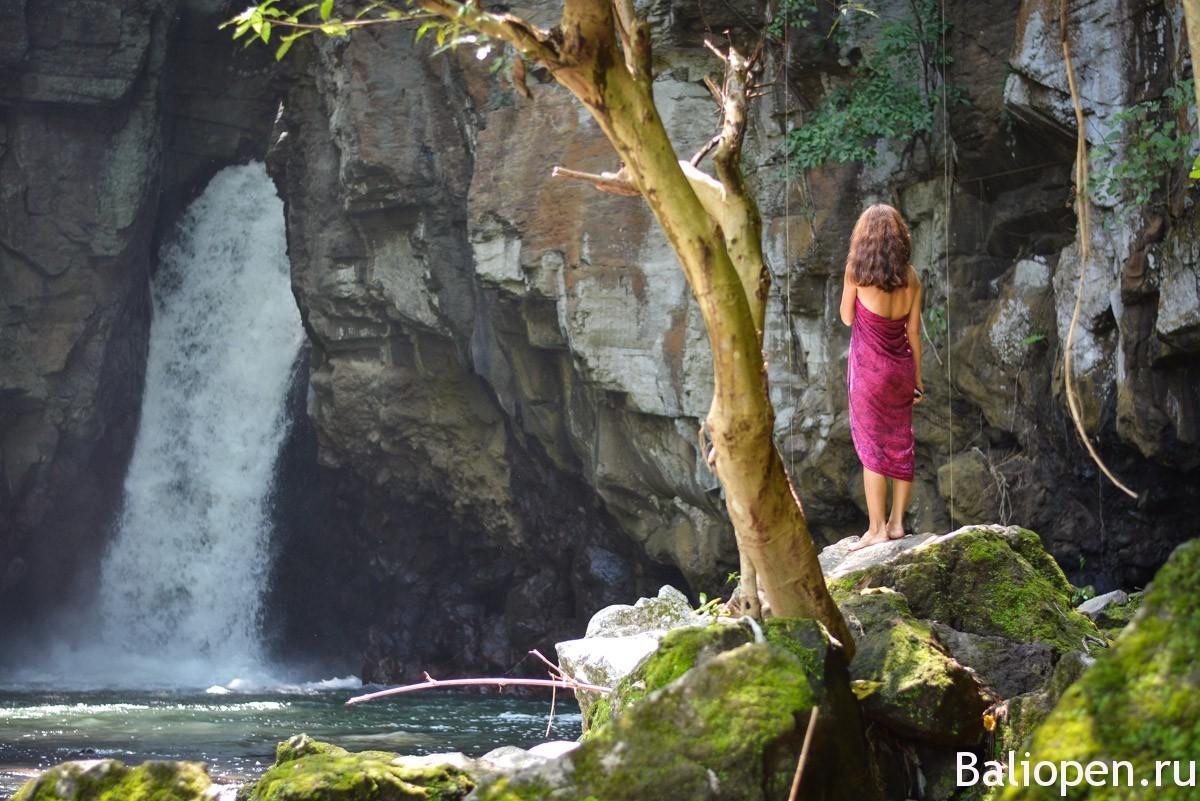 Тембок барак - красивый водопад возле Сингараджи (Air Terjun Tembok Barak)