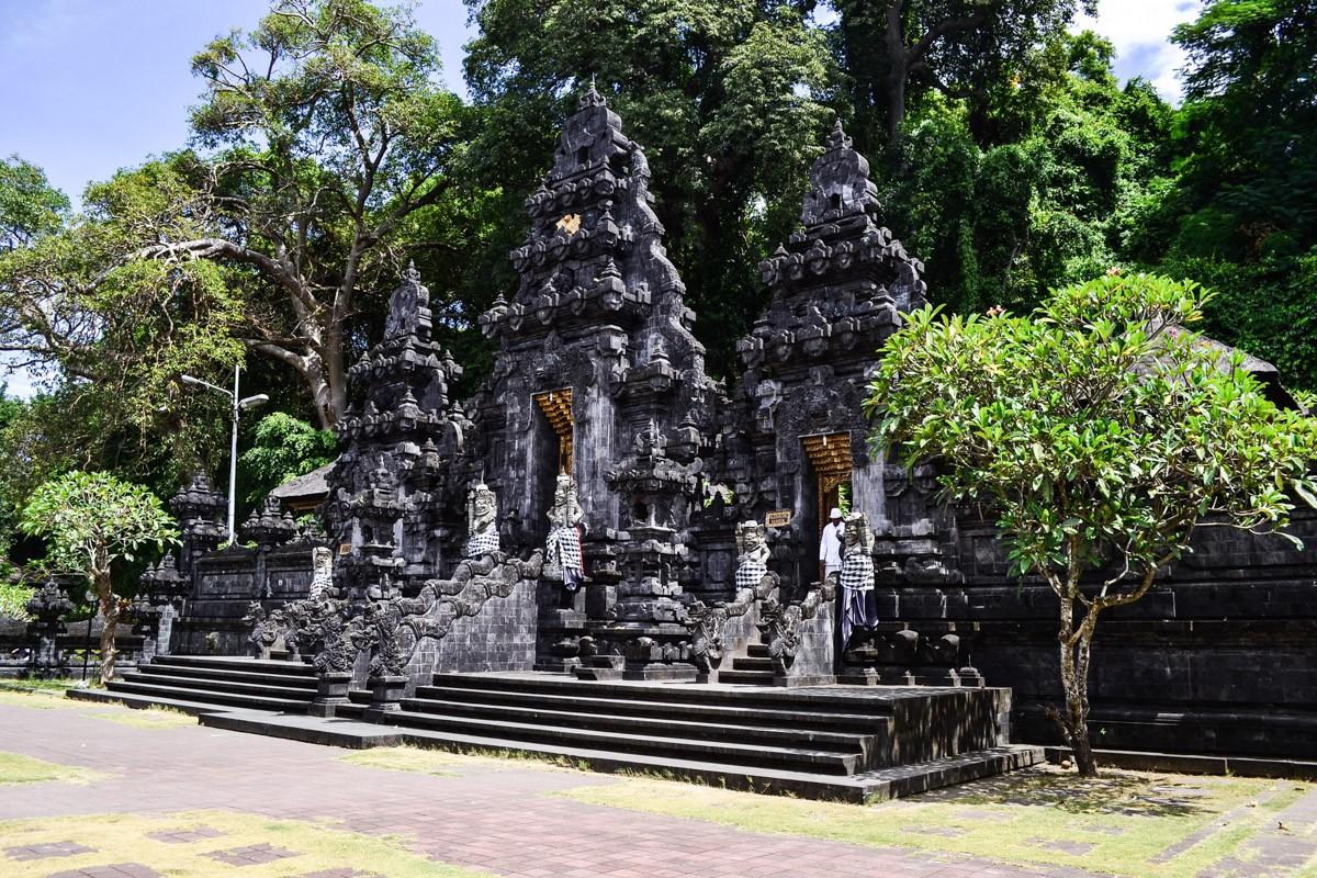ХрамГоа Лава (Pura Goa Lawah) - удивительные легенды и и пещера  с летучими мышами.